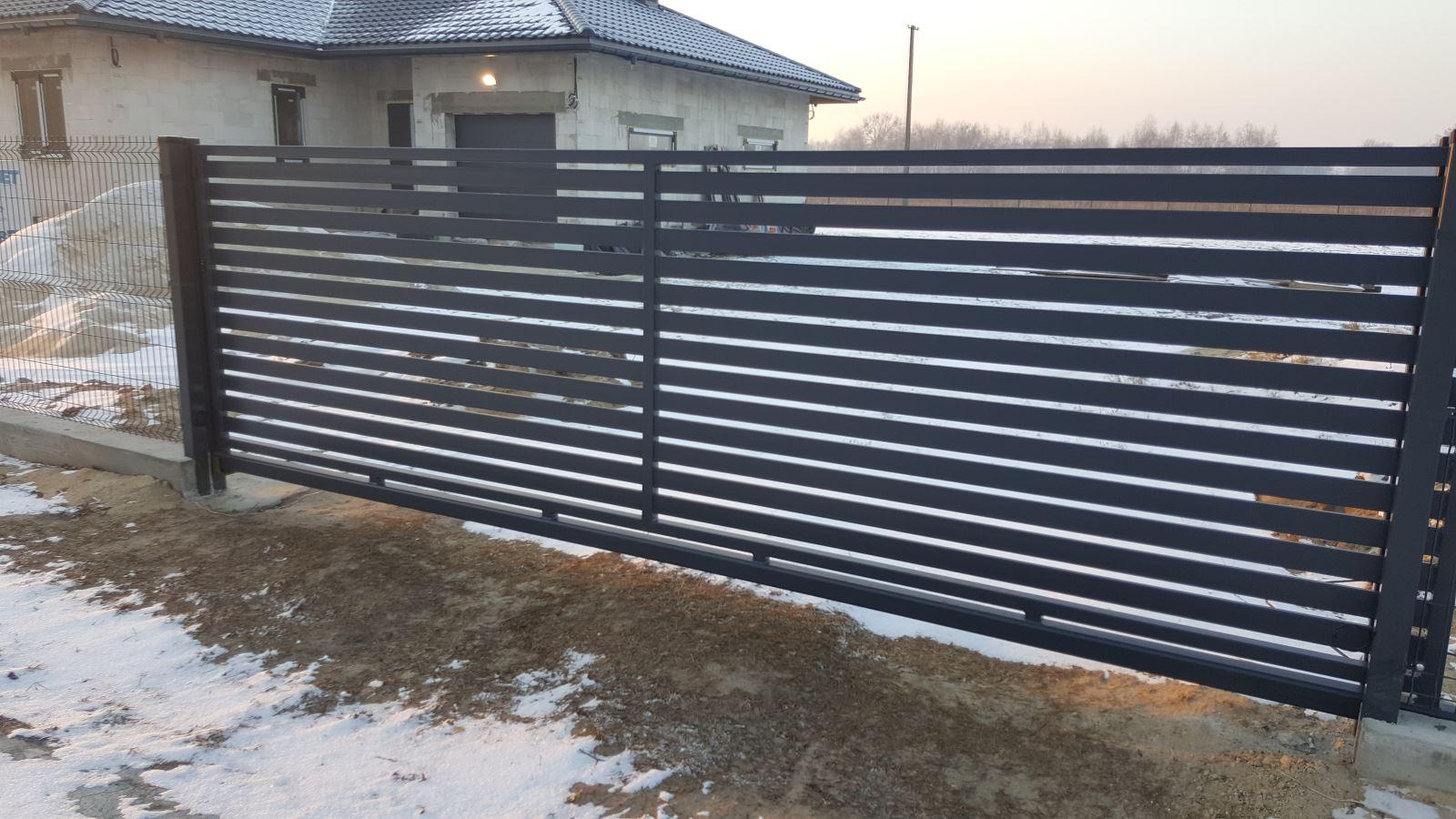 zamontowana-brama-przesuwna-panelowa